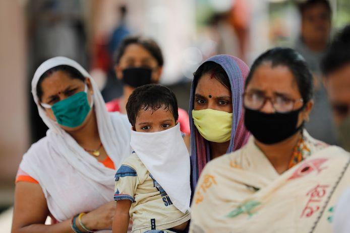 Wachtrij voor een coronatest in de Indiase stad Prayagraj