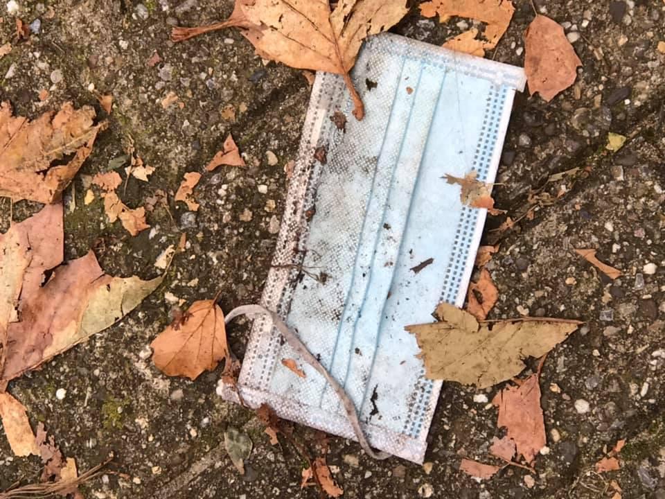 Zwerfkapjes in Tilburg: gedumpte mondkapjes liggen op straat na gebruik.
