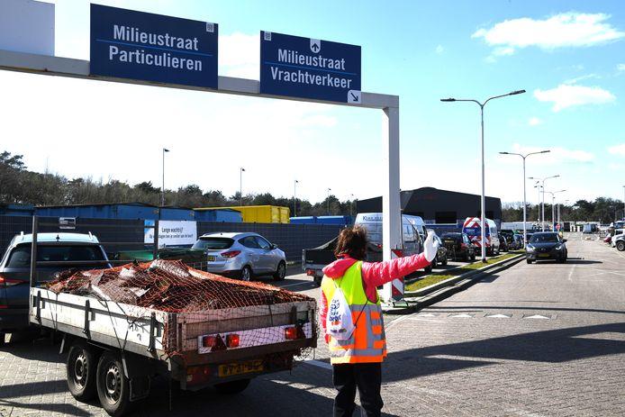 Drukte bij de milieustraat Albion aan de Caladoniastraat in Tilburg.