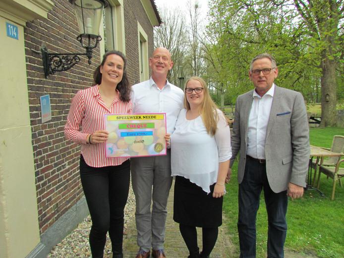 Bestuur Stichting Speelweek en rechts Ben te Grotenhuis van Rotary Cub Neede met de cheque.