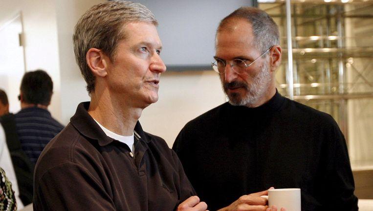 Tim Cook (links) als directeur bedrijfsvoering met zijn voorganger Steve Jobs in 2008, een paar maanden voordat Jobs bekend zou maken dat hij ernstig ziek was. Beeld Monica M. Davey / EPA