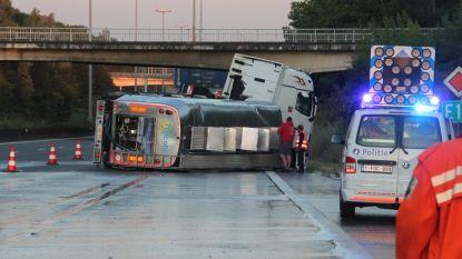 Melktransport kantelt op E17 in Kortrijk, chauffeur ongedeerd