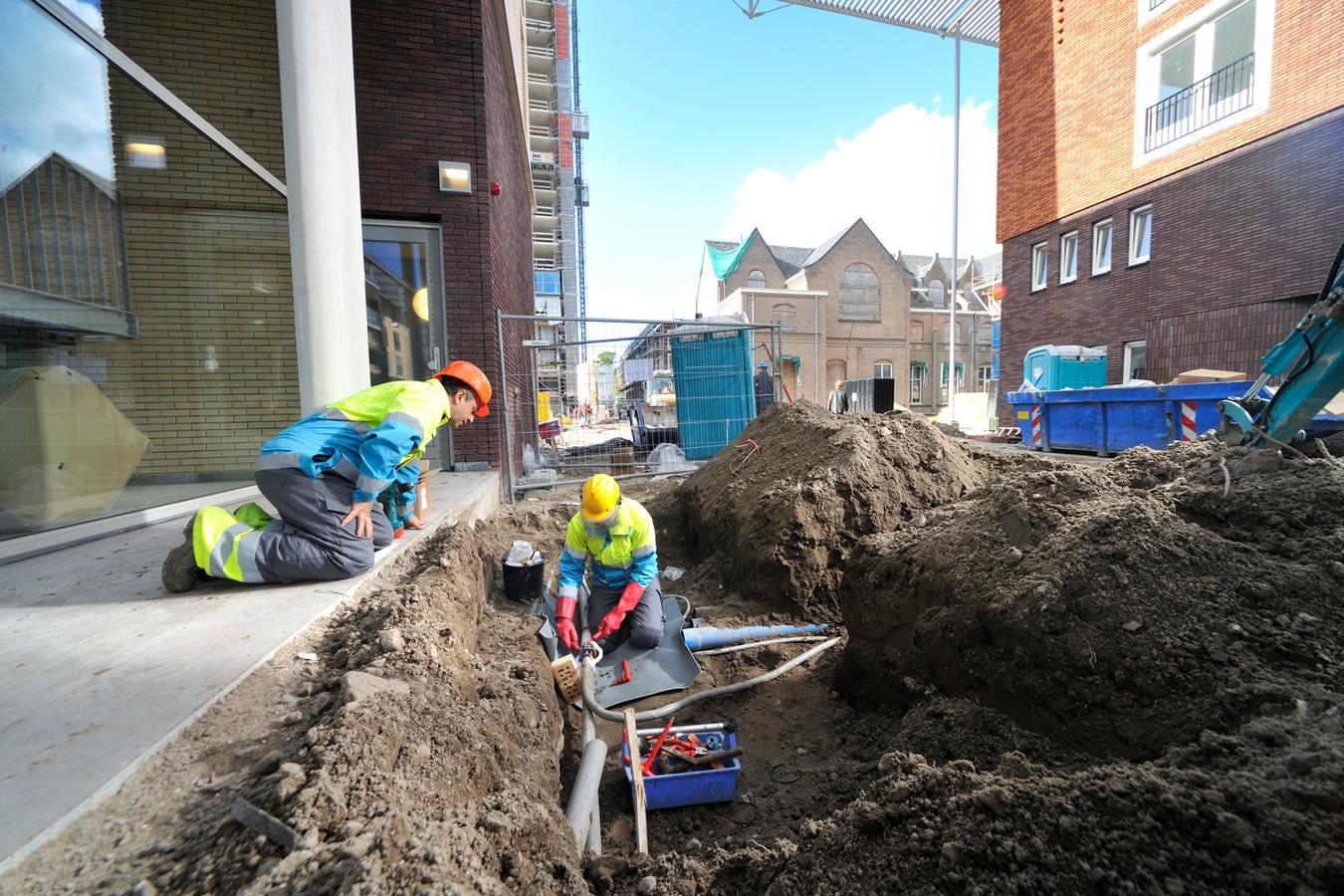 Monteurs van Alliander aan het werk in een nieuwbouwwijk.