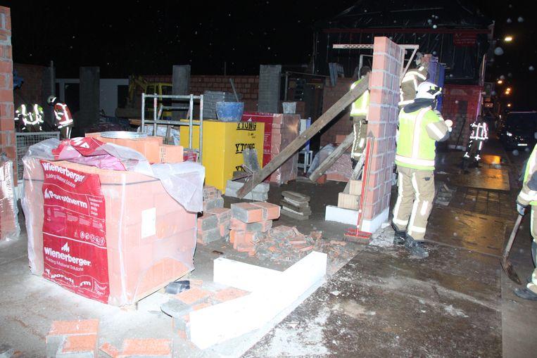 Brandweermannen stutten de andere muurtjes.