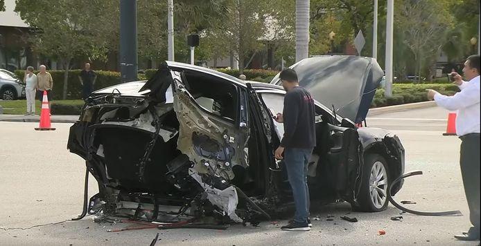 De Tesla Model X werd in twee stukken gereten bij de aanrijding.