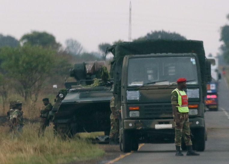Tanks net buiten de hoofdstad van Zimbabwe, Harare.