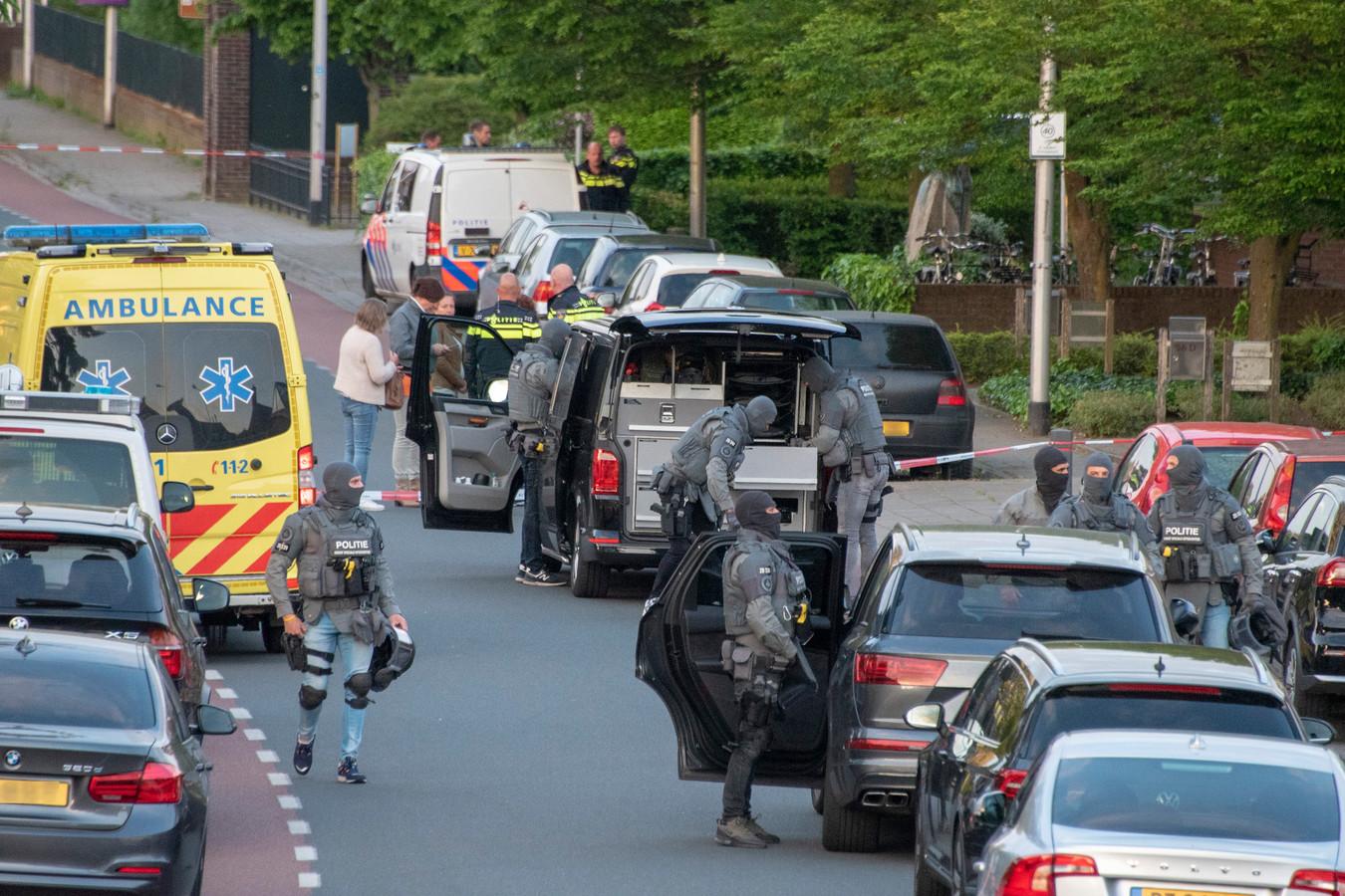 Arrestatieteam voor verwarde man in de St. Jansstraat in Ottersum. Politie zet doorgaande weg helemaal af.