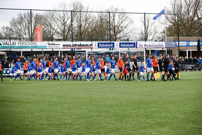Oopkomst van de spelers van GVVV en Katwijk.