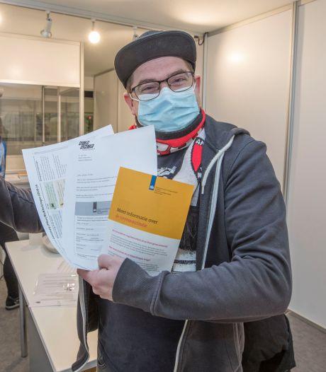 Massavaccinatie in Zeelandhallen begonnen: 'We hebben hem!'