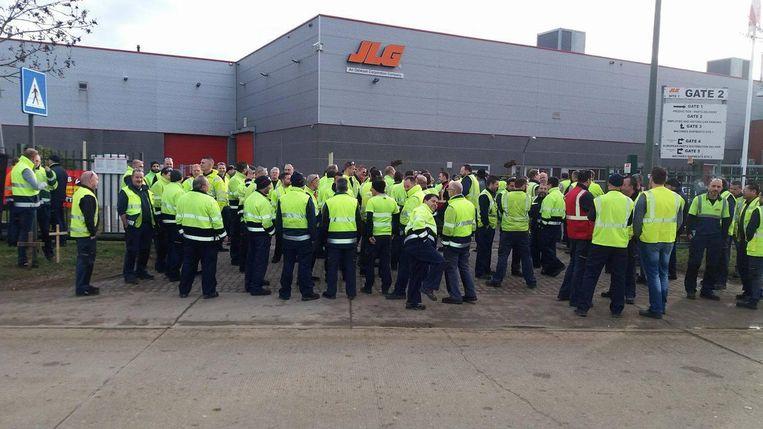De werknemers van JLG tonen in grote getale hun ongenoegen.