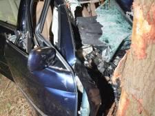 Man uit Gorssel rijdt auto total loss tegen boom bij Lochem