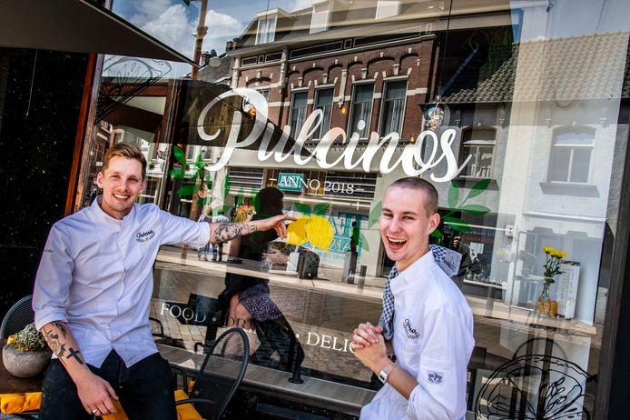 """Eigenaar Thomas Derks (links) en Beer van der Markt. ,,Van een pasta, een Indonesisch stoofgerecht tot gerechten met Mexicaanse invloeden. De focus ligt op afhaal."""""""