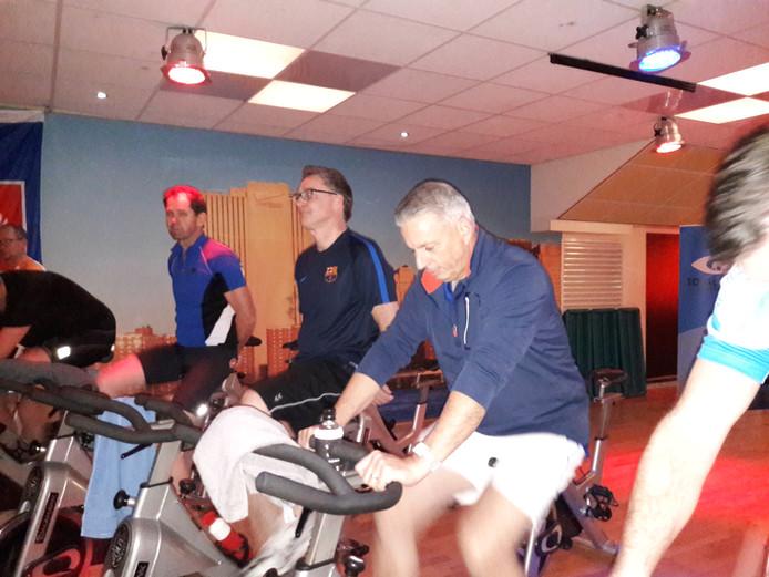 De wethouders Erik Weijers en Alex Westeneind op de fiets.