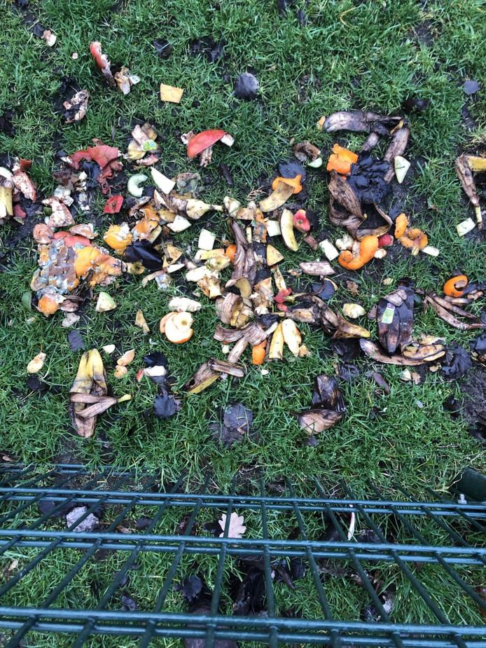 Een bijna dagelijks ritueel voor medewerkers van kinderboerderij Wezenlanden: het opruimen van gedumpt bio-afval.