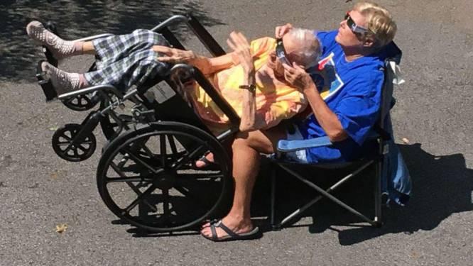 Foto van vrouw die samen met haar 93-jarige papa naar eclips kijkt, ontroert mensen wereldwijd