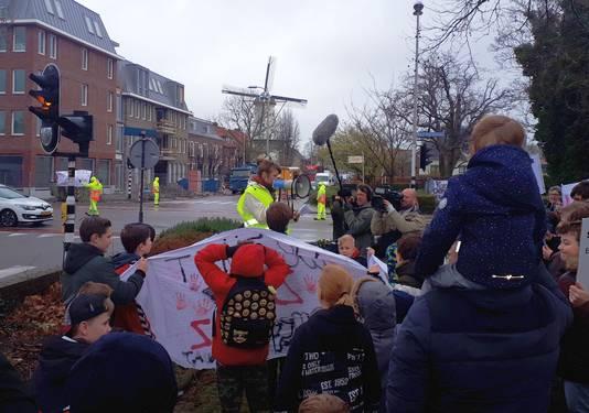 De demonstranten willen af van het vrachtverkeer in hun wijk. Zoetermeer Eerste Stationsstraat