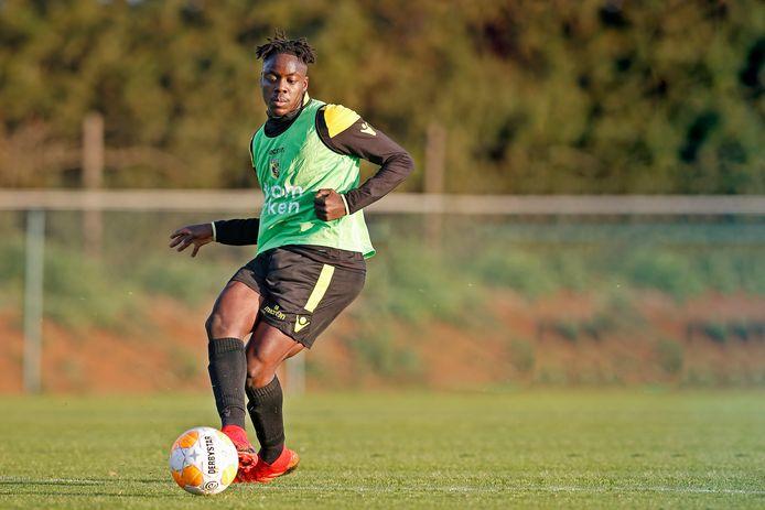 Richie Musaba op de training van Vitesse in Portugal.