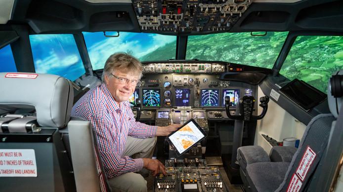 Ron van Ingen in zijn nagebouwde cockpit van een Boeing 737, met ingebouwde vluchtsimulator.