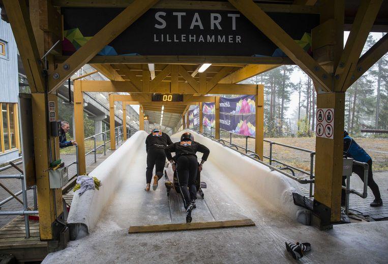 De Nederlandse tweemansbob oefent de start op de olympische bobsleebaan van Lillehammer. Beeld ANP