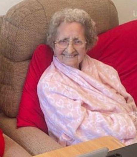 Tweelingzus (96) sterft 2 dagen vóór vaccinbrief aan corona, zus overleeft virus