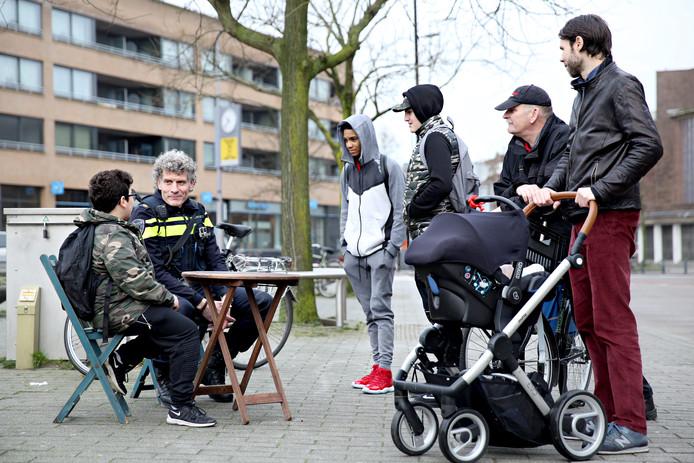 Wijkagent Wilco Berenschot heeft zijn wijktafel neergezet in het Nieuwe Westen.