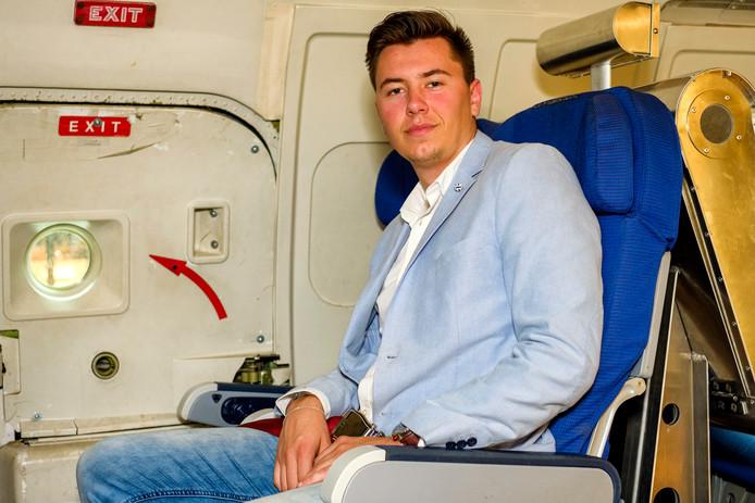 On board courier Zico Boonstra vervoert belangrijke pakketjes, zoals medische apparatuur voor een hartoperatie: ,,Ik vloog 's avonds en de spullen moesten voor negen uur 's ochtends in het vliegtuig zijn. Anders ging de patiënt dood.''
