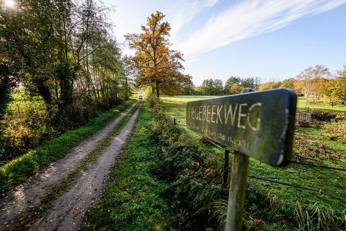 De gemeente Enschede is van plan de Hegebeekweg in recreatiegebied Rutbeek te verharden in verband met het toekomstige bungalowpark.
