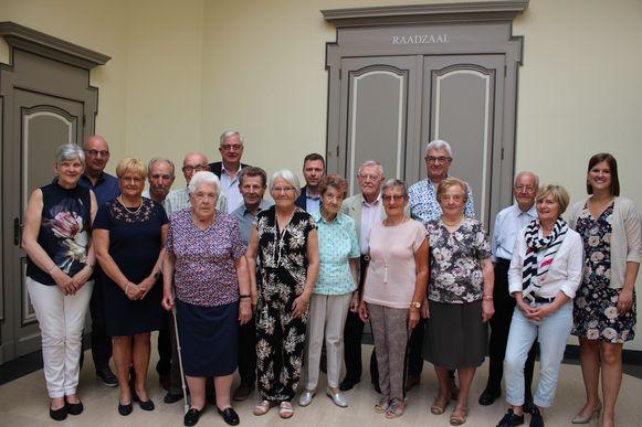 Een groepsfoto van de jubilarissen en een delegatie van het schepencollege