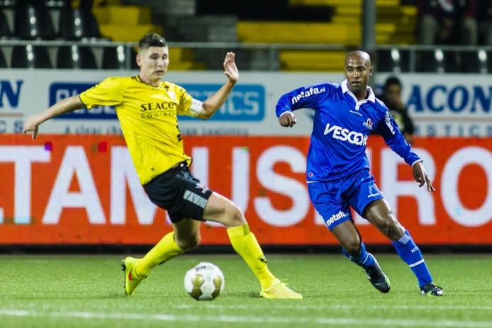 Juanito Sequeira (r) in actie voor Helmond Sport tegen VVV-Venlo.