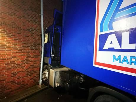 Truck boort zich in Apeldoornse supermarkt