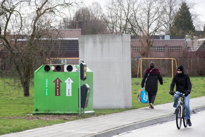 Een ondergrondse container van AVRI staat begin dit jaar klaar om ingegraven te worden in Tiel-Noord.