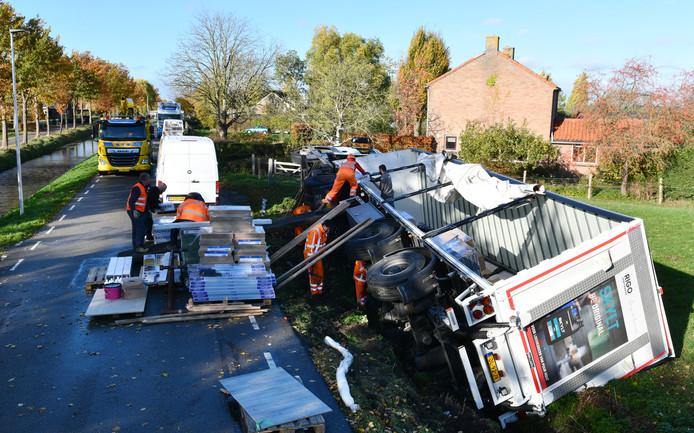 Schalkwijk Vrachtwagen beland in de sloot op de rondweg van Schalkwijk.Foto William Hoogteyling