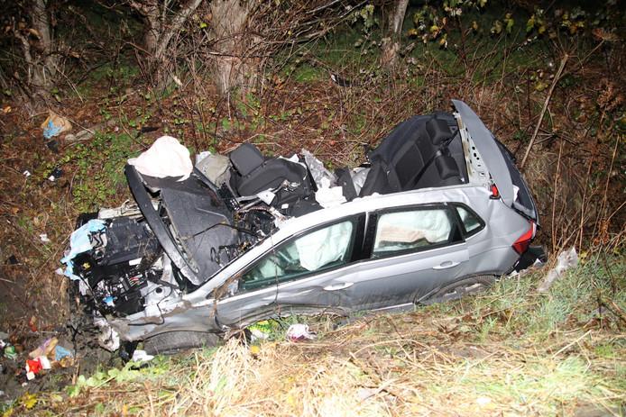 De auto belandde na de klap in de sloot.