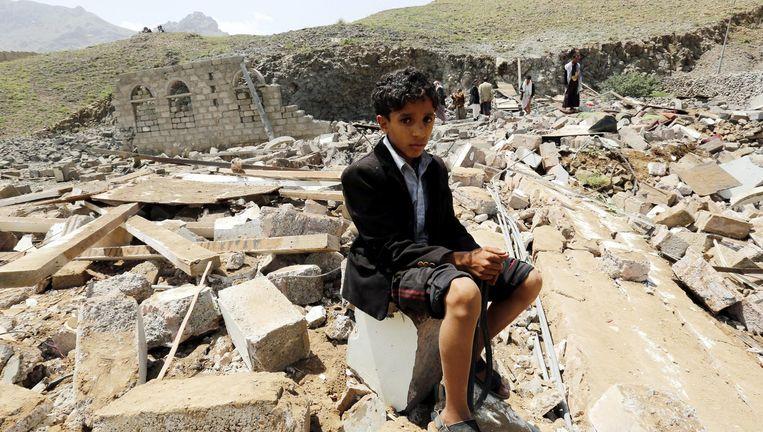 Een huis in Sanaa dat is vernietigd bij een Saoedische luchtaanval. Beeld EPA
