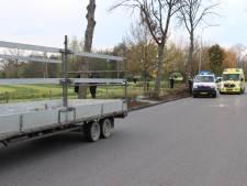 Voetganger loopt tegen auto met aanhanger op en moet naar ziekenhuis