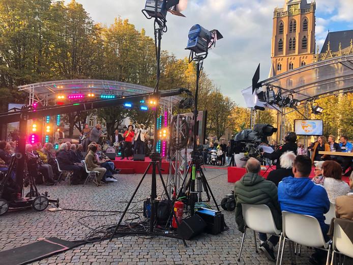 Tijd voor MAX wordt van 2 tot en met 6 september live uitgezonden vanaf het Rodetorenplein in Zwolle. Onder de gasten ook Zwollenaren als Tooske Ragas en Jonnie en Thérèse Boer. Op de foto een van de opnames van vorig jaar in Den Bosch.