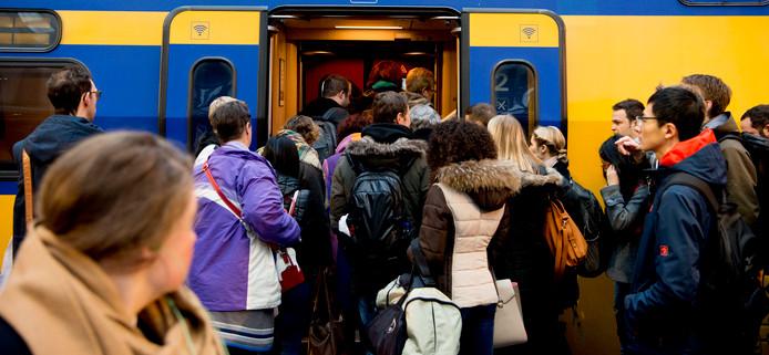 Dringen om in een NS trein te komen. Foto ter illustratie, het treinverkeer tussen Raalte en Zwolle wordt door vervoerder Blauwnet verzorgd.