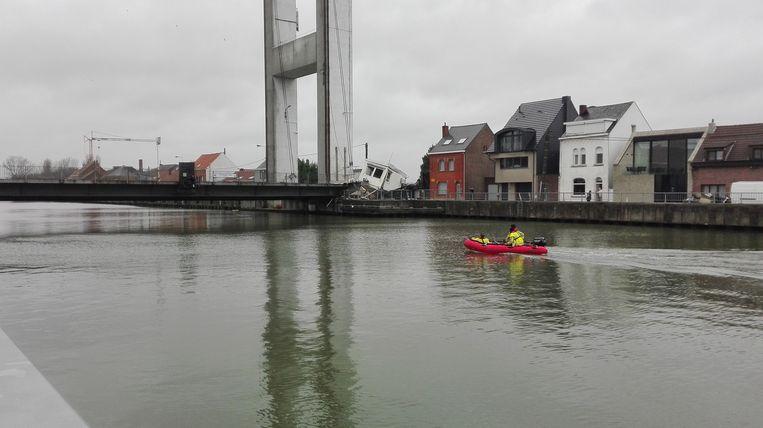 Het brugdek is door de klap vijf meter verschoven.
