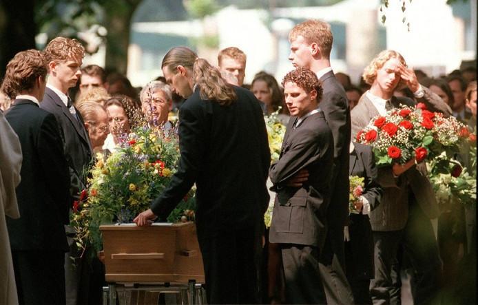 De begrafenis van de doodgeschoten broers Taminiau, die werden vermoord omdat ze toevallig getuige waren van een liquidatie.