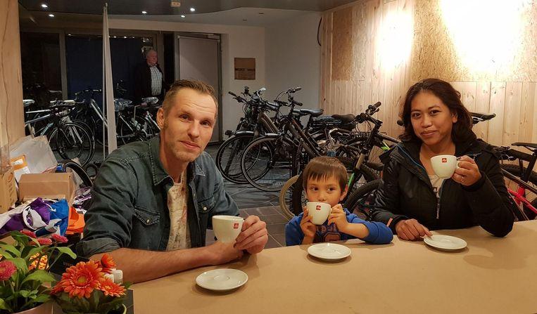Olivier Van Gool, zoontje Luiz en echtgenote Cecilia in de fietsenhandel.