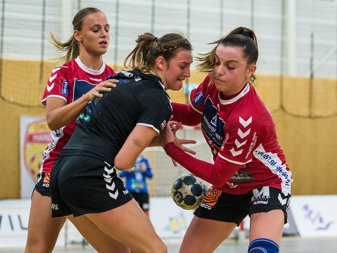 Lisa Bosch (links, met Jill Kooij in duel tegen Galytchanka), speelt komend seizoen voor Kwiek.