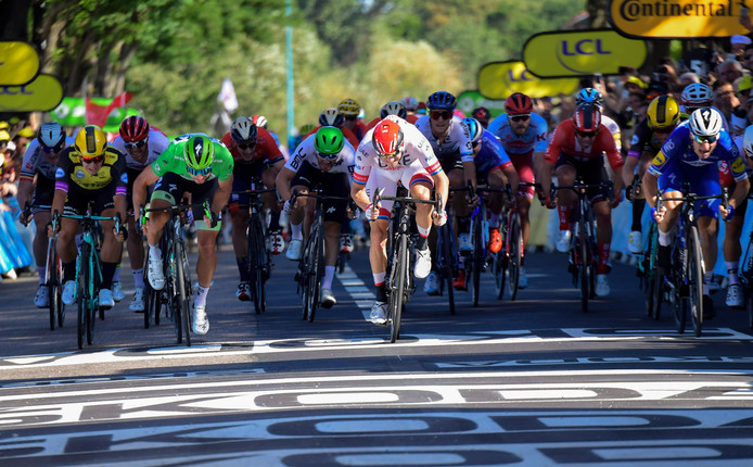 Dylan Groenenwegen, links in het geel, komt tekort in de sprint.