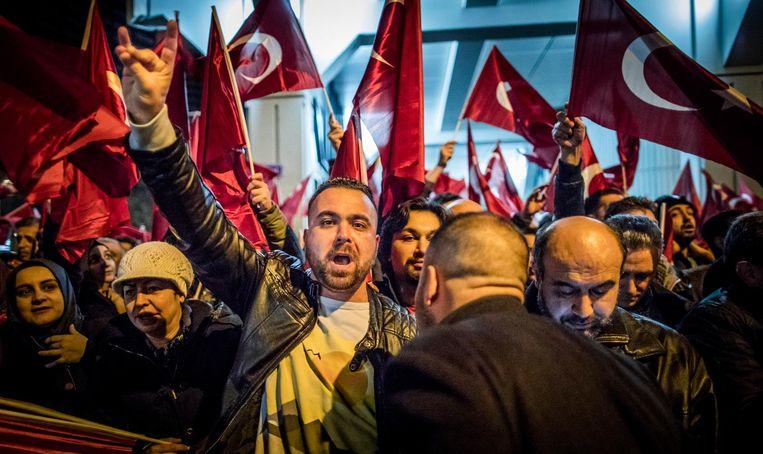 Demonstranten voor het Turkse consulaat in Rotterdam Beeld Freek van den Bergh