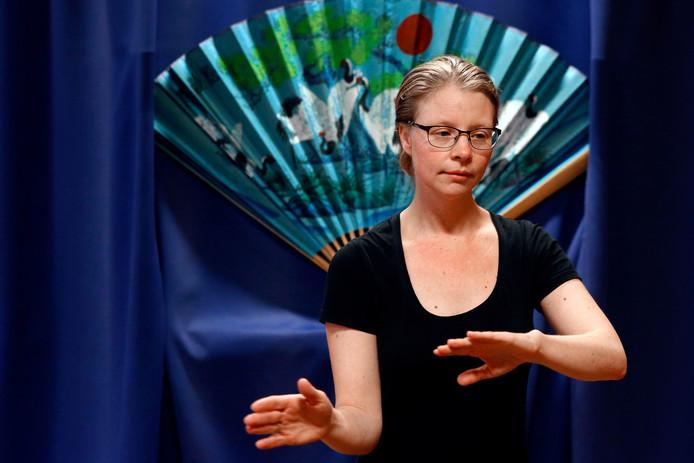 Een geconcentreerde Linda de Vries-Renes in actie als leraar Tai Chi.