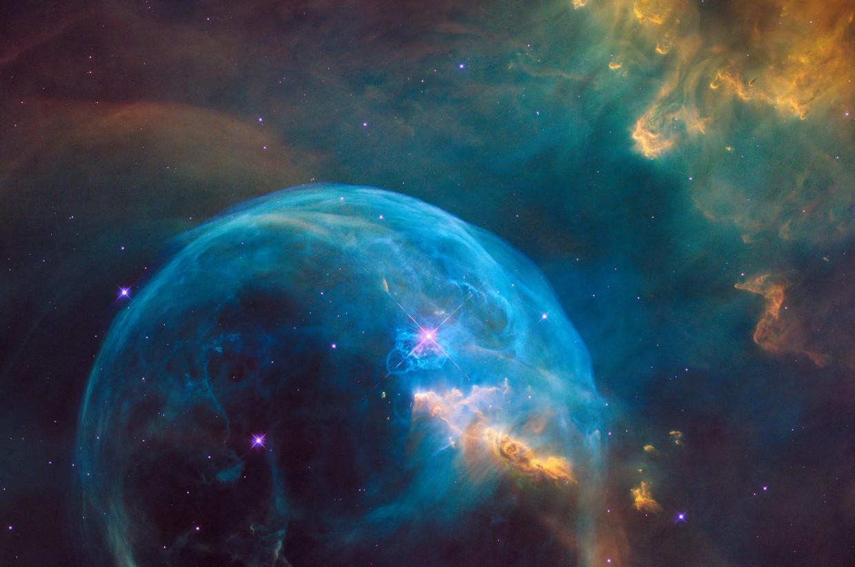 Beeld gemaakt met de Hubbleruimtetelescoop van de zogenoemde Zeepbelnevel of NGC 7635 in het sterrenbeeld Cassiopeia op 7100 lichtjaar van de aarde.