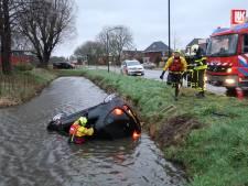 Bestuurster belandt met auto op de kop in de sloot in Woudrichem, omstanders halen haar uit auto
