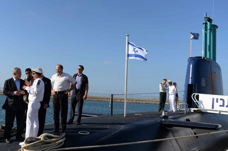 Premier Netanyahu vorig jaar bij de aankomst in Israël van de laatste Dolfijn-onderzeeër. De onderzeeboten kunnen naar verluidt nucleaire kruisraketten afvuren. Beeld EPA