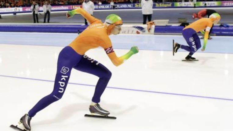 Margot Boer (L) en Laurine van Riessen (R) zondag in actie op de 500 meter tijdens de wereldkampioenschappen sprint in Thialf. ANP Beeld