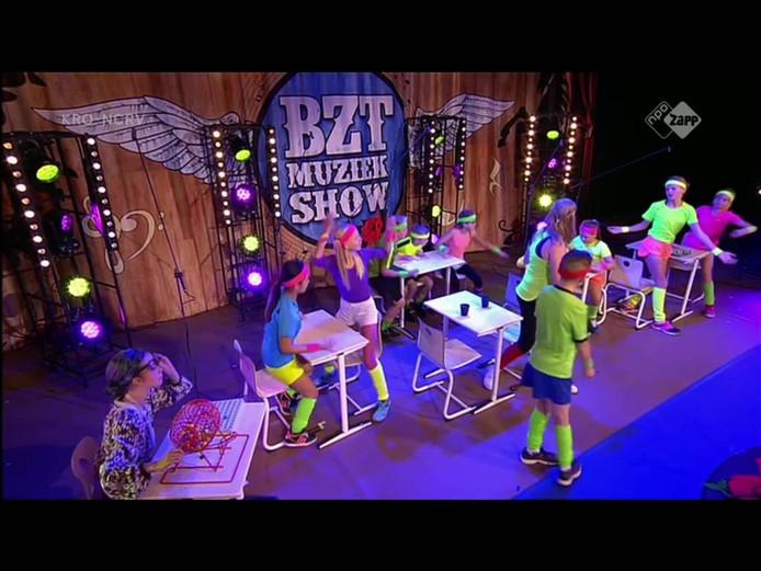 Kinderen van de De Vogelaar tijdens optreden in BZT-show.