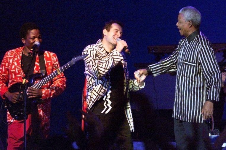 Johnny Clegg werd als blanke artiest in Zuid-Afrika bekend vanwege zijn strijd tegen apartheid. Beeld EPA